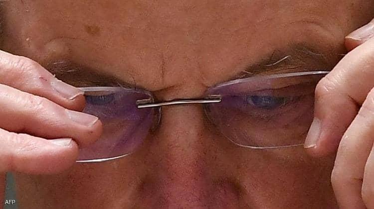 ارتداء النظارات يقلل عادة فرك الأعين بالأيدي